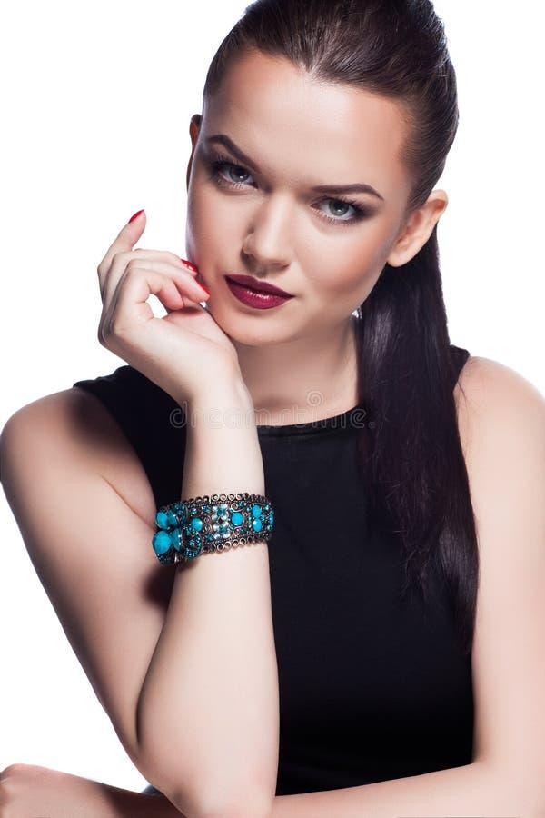 Πορτρέτο της όμορφης πρότυπης τοποθέτησης μόδας στο αποκλειστικό κόσμημα. στοκ εικόνα