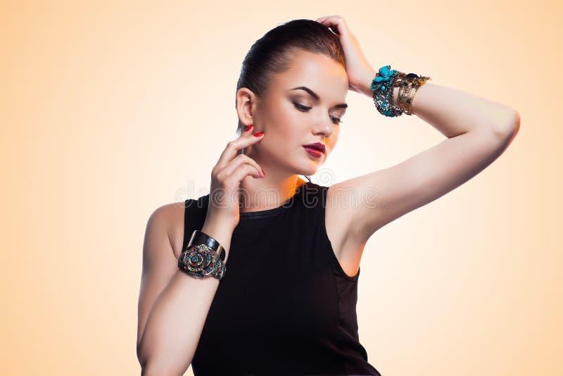 Πορτρέτο της όμορφης πρότυπης τοποθέτησης μόδας στο αποκλειστικό κόσμημα. στοκ φωτογραφία με δικαίωμα ελεύθερης χρήσης