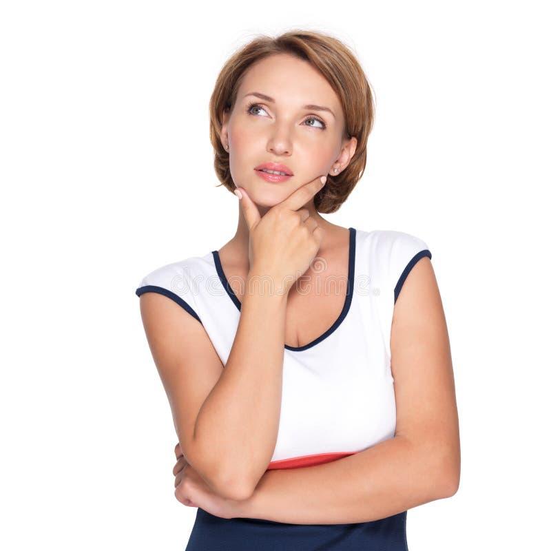 Πορτρέτο της όμορφης σκεπτόμενης γυναίκας στο λευκό στοκ φωτογραφία με δικαίωμα ελεύθερης χρήσης