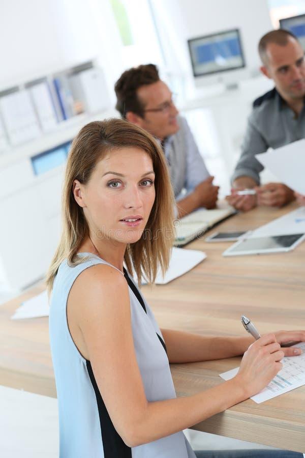 Πορτρέτο της όμορφης συνεδρίασης της εργασίας γυναικών στοκ εικόνα