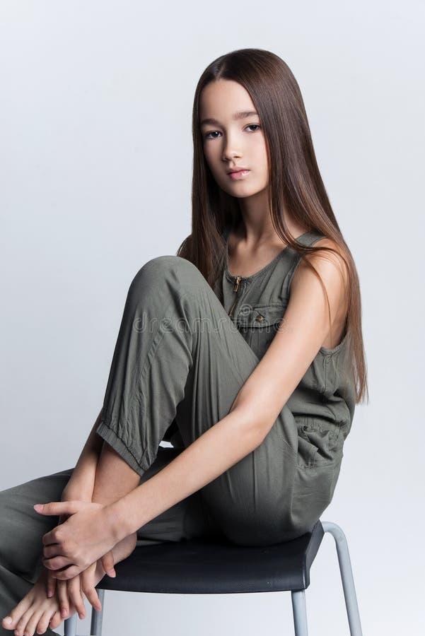 Πορτρέτο της όμορφης τοποθέτησης νέων κοριτσιών στο στούντιο στοκ εικόνα