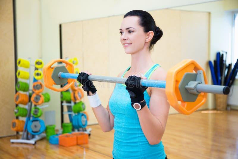 Πορτρέτο της όμορφης φίλαθλης άσκησης γυναικών με το barbell στη GY στοκ φωτογραφία με δικαίωμα ελεύθερης χρήσης