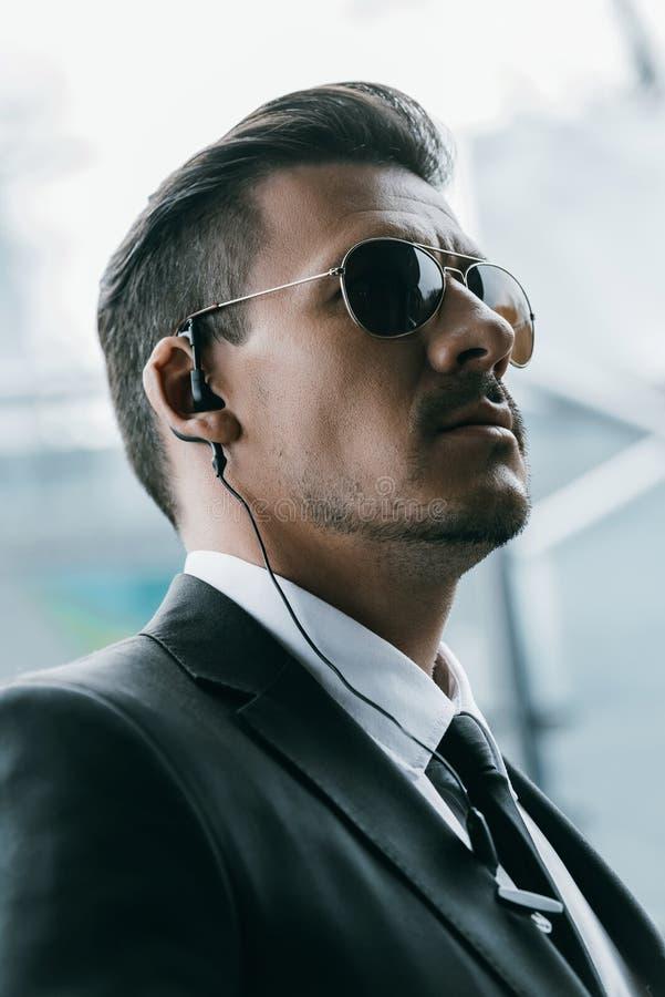 πορτρέτο της όμορφης φρουράς ασφάλειας στα γυαλιά ηλίου στοκ εικόνα με δικαίωμα ελεύθερης χρήσης
