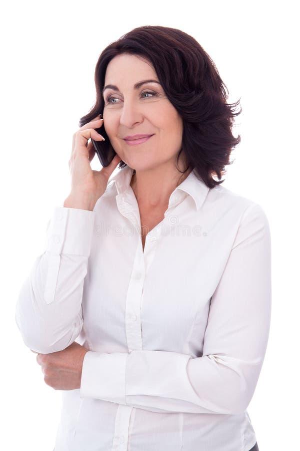 Πορτρέτο της όμορφης ώριμης ομιλίας γυναικών στο τηλέφωνο που απομονώνεται επάνω στοκ φωτογραφίες με δικαίωμα ελεύθερης χρήσης