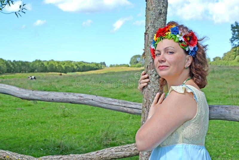 Πορτρέτο της ώριμης γυναίκας με ένα στεφάνι στο κεφάλι για ένα φ στοκ εικόνα