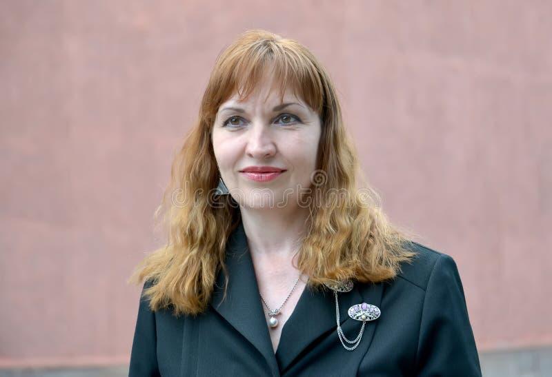 Πορτρέτο της ώριμης γυναίκας σε ένα μαύρο σακάκι στοκ εικόνα με δικαίωμα ελεύθερης χρήσης