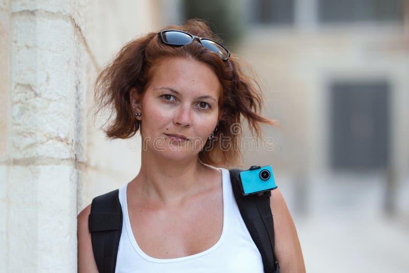 Πορτρέτο της redhead γυναίκας που ταξιδεύει με το σακίδιο πλάτης και τη κάμερα δράσης στοκ φωτογραφίες με δικαίωμα ελεύθερης χρήσης