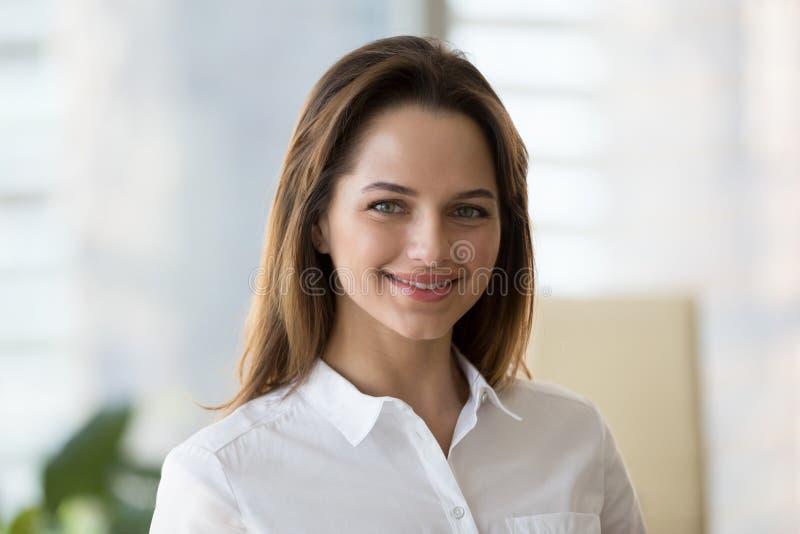 Πορτρέτο τοποθέτησης επιχειρηματιών χαμόγελου της επιτυχούς για την εικόνα στοκ εικόνες