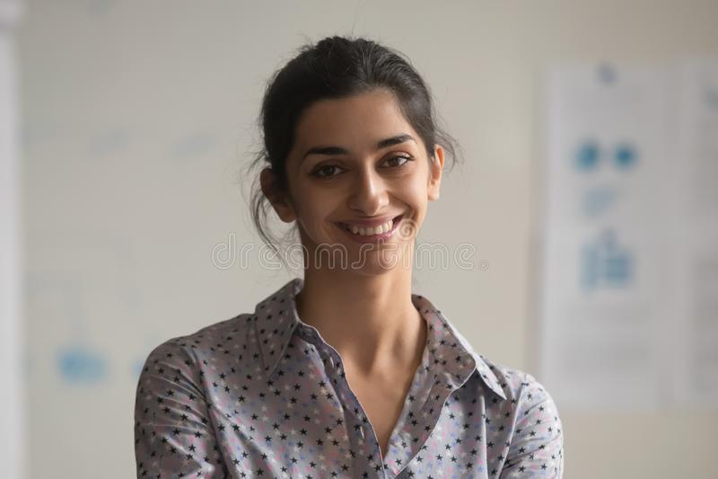 Πορτρέτο τοποθέτησης υπαλλήλων χαμόγελου της ινδικής θηλυκής για τη φωτογραφία στοκ εικόνες με δικαίωμα ελεύθερης χρήσης