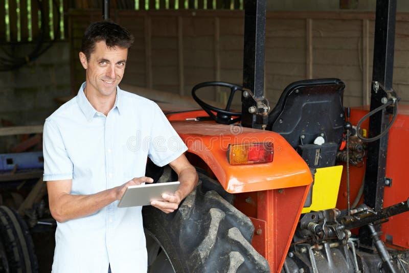 Πορτρέτο του άνδρα γεωργικός εργαζόμενος που χρησιμοποιεί την ψηφιακή ταμπλέτα στοκ φωτογραφίες με δικαίωμα ελεύθερης χρήσης