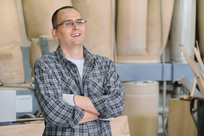 Πορτρέτο του άνδρα εργαζόμενος στη βιομηχανική παραγωγή Βέβαιο άτομο με τα διπλωμένα χέρια στοκ εικόνες