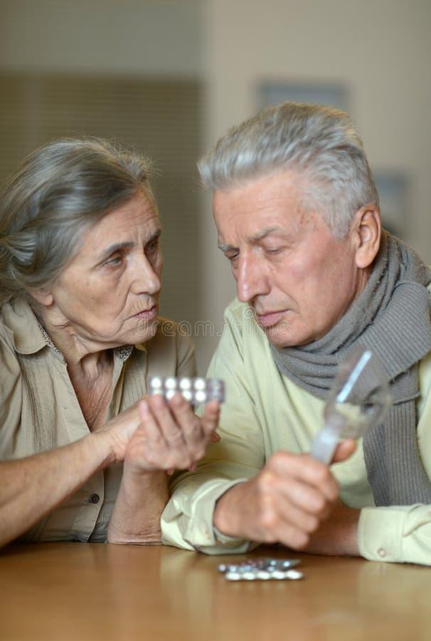 Πορτρέτο του άρρωστου ανώτερου ζεύγους στοκ φωτογραφία με δικαίωμα ελεύθερης χρήσης