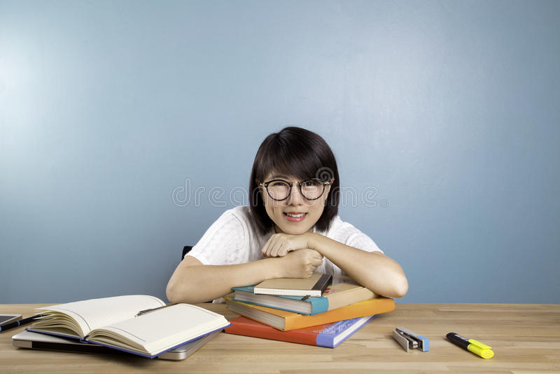 Πορτρέτο του έξυπνου ασιατικού σπουδαστή στοκ εικόνα