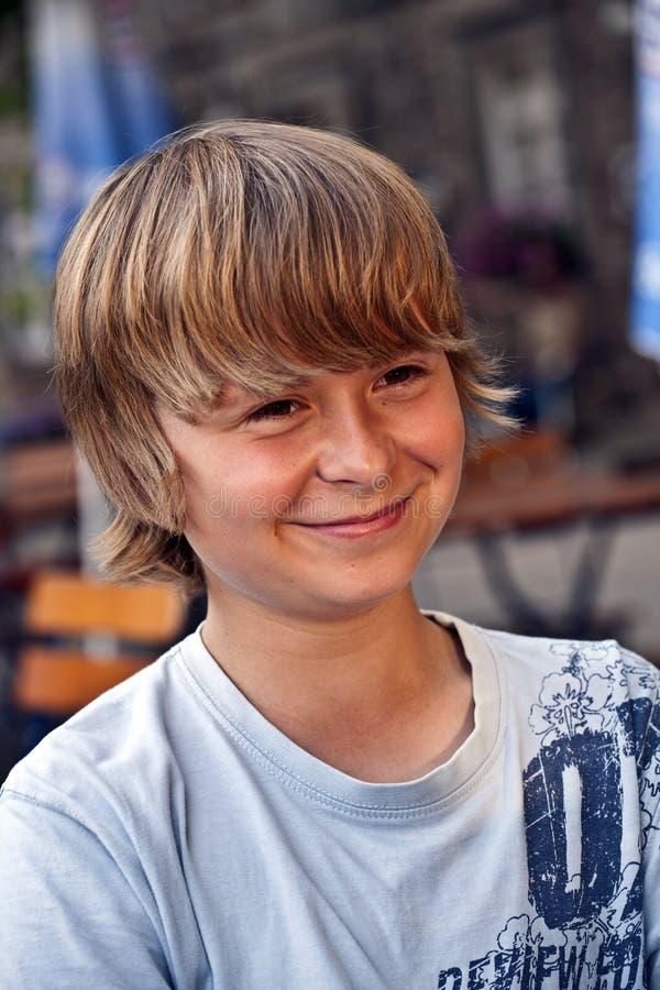 Download Πορτρέτο του έξυπνου χαμογελώντας αγοριού Στοκ Εικόνες - εικόνα από ευρωπαϊκά, χαμόγελο: 62718940
