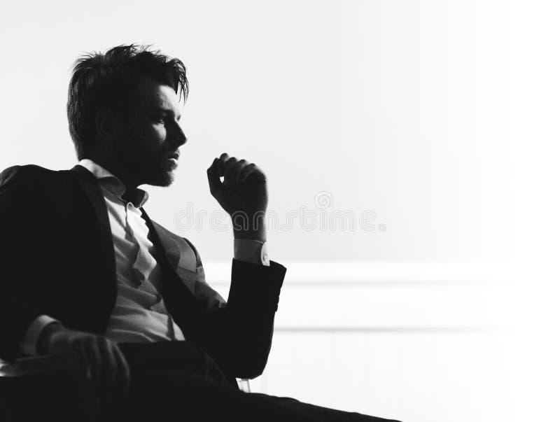 Πορτρέτο του έξυπνου όμορφου ατόμου στοκ φωτογραφίες