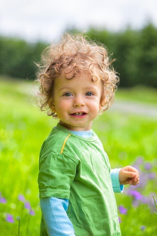 Πορτρέτο του αγοριού μικρών παιδιών υπαίθριο στοκ εικόνες