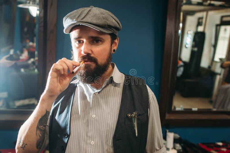 Πορτρέτο του αναιδούς καπνίσματος ατόμων εσωτερικού στοκ εικόνα με δικαίωμα ελεύθερης χρήσης