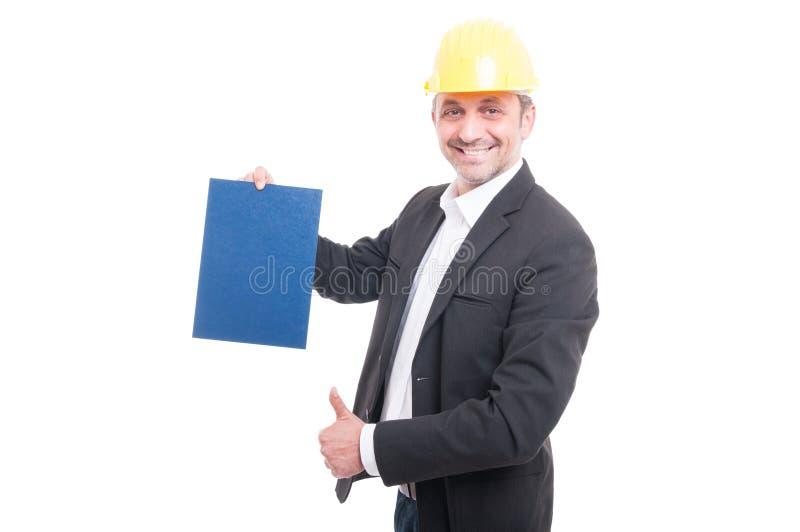 Πορτρέτο του αναδόχου που κρατά το μπλε χαρτόνι παρουσιάζοντας όπως στοκ εικόνες