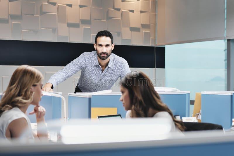 Πορτρέτο του ανησυχημένου επιχειρησιακού ατόμου που εξετάζει τη κάμερα στο γραφείο Coworking στοκ εικόνες