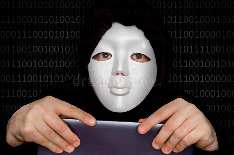 Πορτρέτο του ανώνυμου ατόμου την άσπρη μάσκα που απομονώνεται με στο Μαύρο στοκ εικόνες