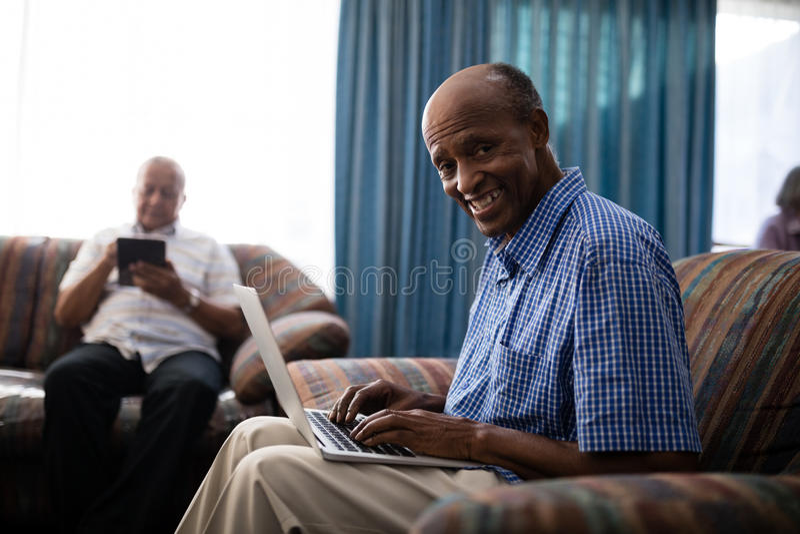 Πορτρέτο του ανώτερου ατόμου που χρησιμοποιεί το lap-top στοκ φωτογραφίες