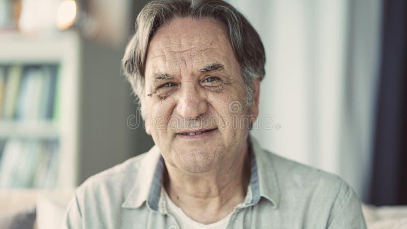 Πορτρέτο του ανώτερου ατόμου στο σπίτι στοκ φωτογραφίες