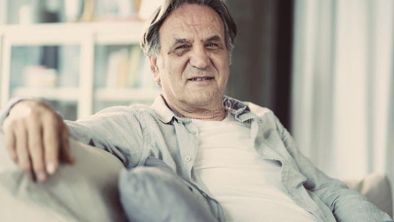 Πορτρέτο του ανώτερου ατόμου στο σπίτι στοκ φωτογραφία