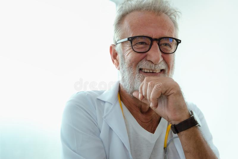 Πορτρέτο του ανώτερου γελώντας γιατρού στοκ φωτογραφίες με δικαίωμα ελεύθερης χρήσης