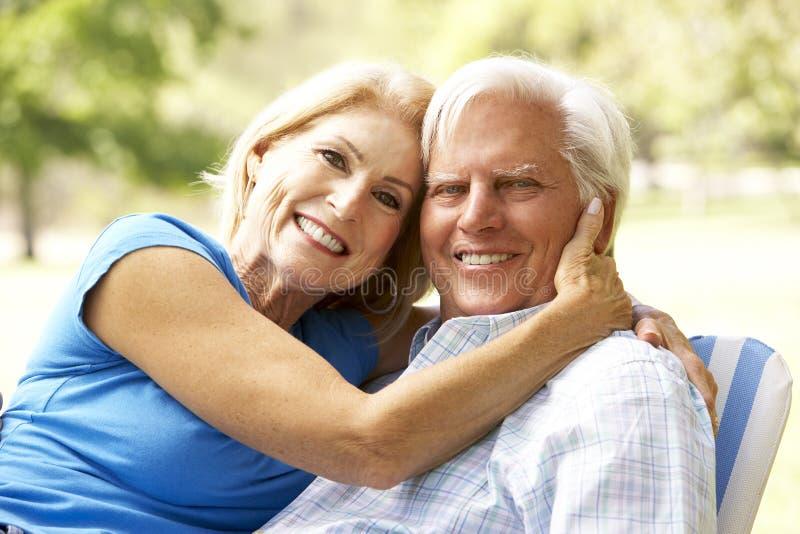 Πορτρέτο του ανώτερου ζεύγους που απολαμβάνει την ημέρα στο πάρκο στοκ φωτογραφία