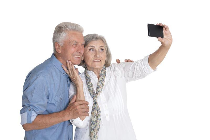 Πορτρέτο του ανώτερου ζεύγους που παίρνει selfie στο άσπρο υπόβαθρο στοκ εικόνες με δικαίωμα ελεύθερης χρήσης