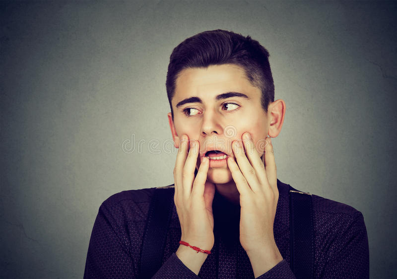 Πορτρέτο του απελπισμένου νεαρού άνδρα στοκ εικόνες με δικαίωμα ελεύθερης χρήσης