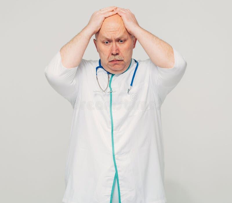Πορτρέτο του αρσενικού γιατρού που έχει τις κακές ειδήσεις στοκ φωτογραφίες με δικαίωμα ελεύθερης χρήσης