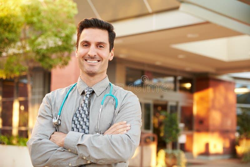 Πορτρέτο του αρσενικού γιατρού που στέκεται έξω από το νοσοκομείο στοκ φωτογραφία με δικαίωμα ελεύθερης χρήσης