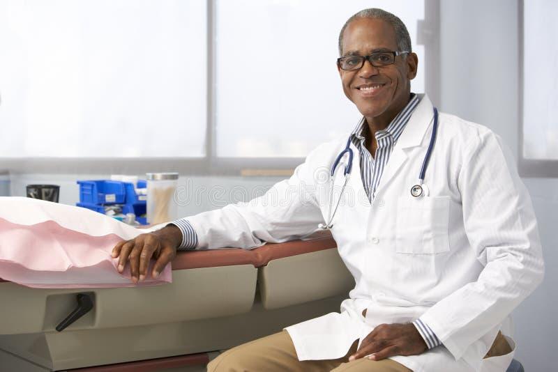 Πορτρέτο του αρσενικού γιατρού στη χειρουργική επέμβαση στοκ εικόνες