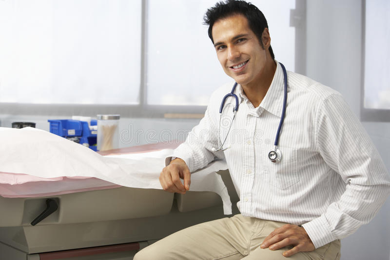 Πορτρέτο του αρσενικού γιατρού στη χειρουργική επέμβαση στοκ φωτογραφία με δικαίωμα ελεύθερης χρήσης