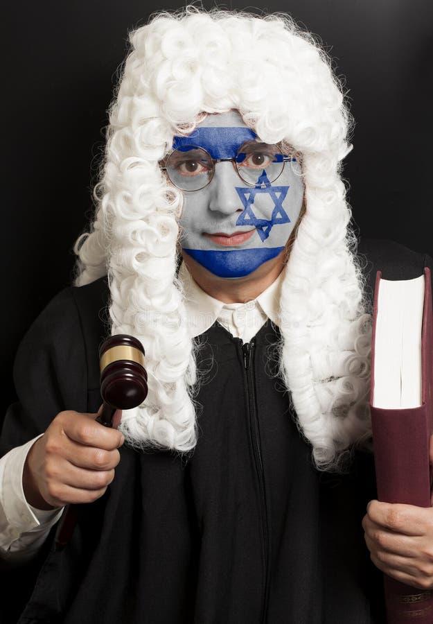 Πορτρέτο του αρσενικού εβραϊκού δικηγόρου με χρωματισμένα gavel και το βιβλίο δικαστών εκμετάλλευσης σημαιών του Ισραήλ στοκ φωτογραφία με δικαίωμα ελεύθερης χρήσης