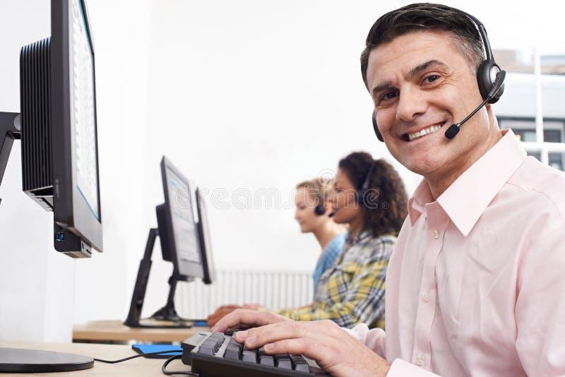 Πορτρέτο του αρσενικού πράκτορα εξυπηρετήσεων πελατών στο κέντρο κλήσης στοκ εικόνα