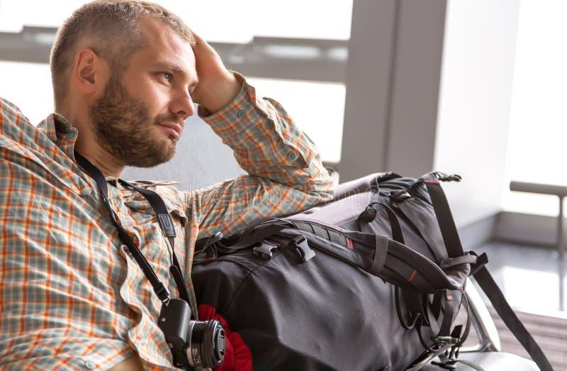 Πορτρέτο του αρσενικού τουρίστα στον αερολιμένα στοκ εικόνα με δικαίωμα ελεύθερης χρήσης