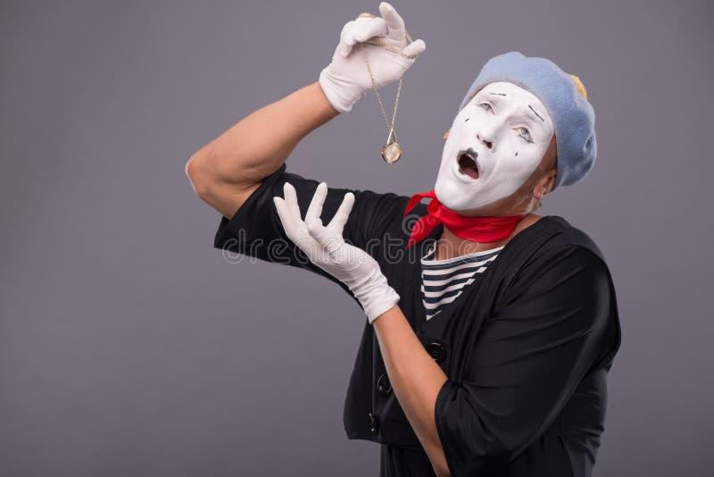 Πορτρέτο του αρσενικού mime με το γκρίζο καπέλο και το άσπρο πρόσωπο στοκ εικόνα
