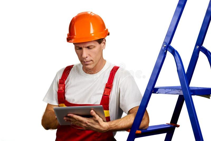 Πορτρέτο του αρχιτέκτονα που εργάζεται στην ταμπλέτα PC στοκ εικόνες