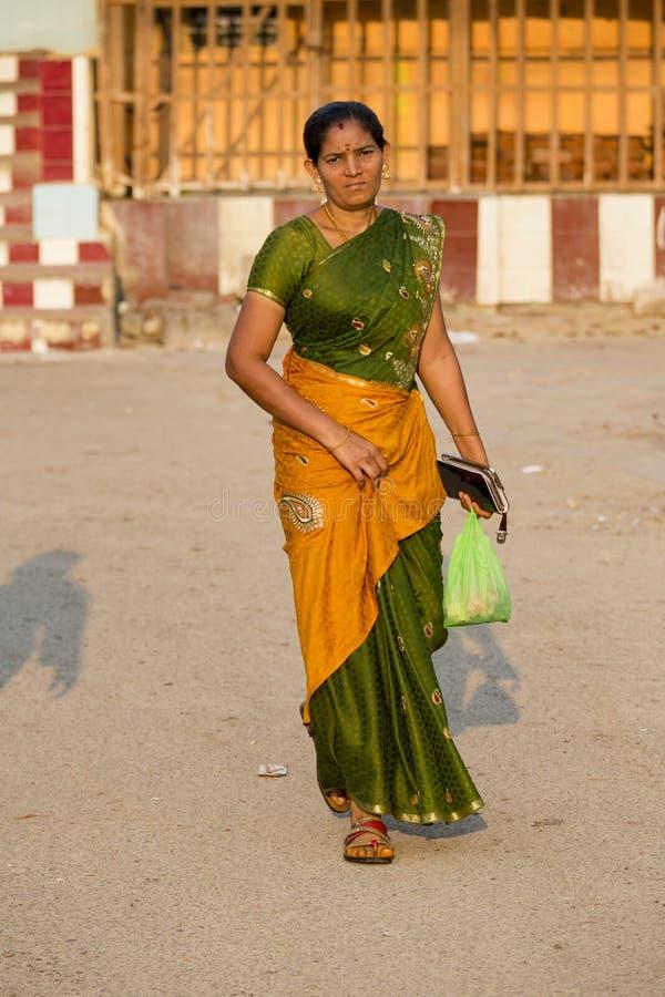 Πορτρέτο του ασιατικού ανώτερου όμορφου σοβαρού λυπημένου φορώντας παραδοσιακού ινδικού φορέματος Sari γυναικών στοκ εικόνες
