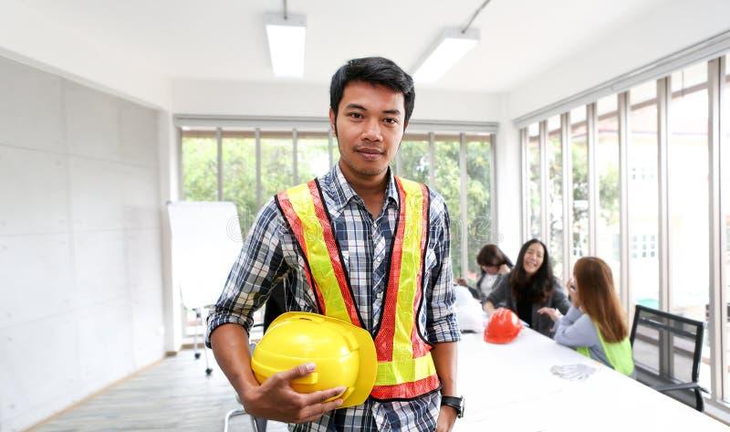 Πορτρέτο του ασιατικού αρσενικού μηχανικού αναδόχων στην αίθουσα συνεδριάσεων στο τ στοκ εικόνες