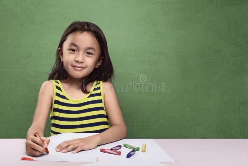 Πορτρέτο του ασιατικού σχεδίου παιδιών με το ζωηρόχρωμο κραγιόνι στοκ εικόνες