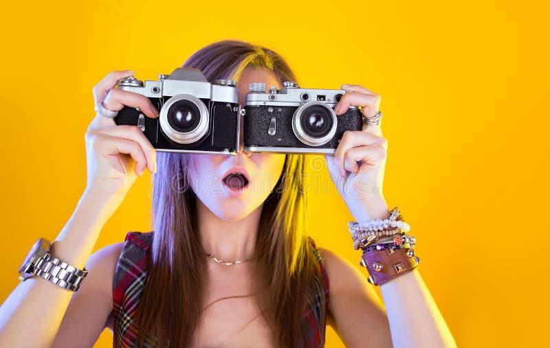 Πορτρέτο του αστείου κοριτσιού με δύο κάμερες στοκ εικόνα