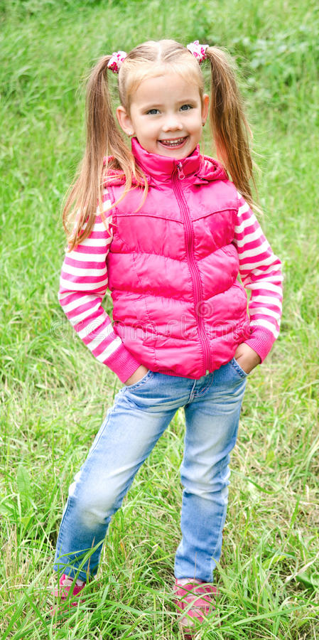 Πορτρέτο του λατρευτού χαμογελώντας μικρού κοριτσιού στοκ φωτογραφίες με δικαίωμα ελεύθερης χρήσης