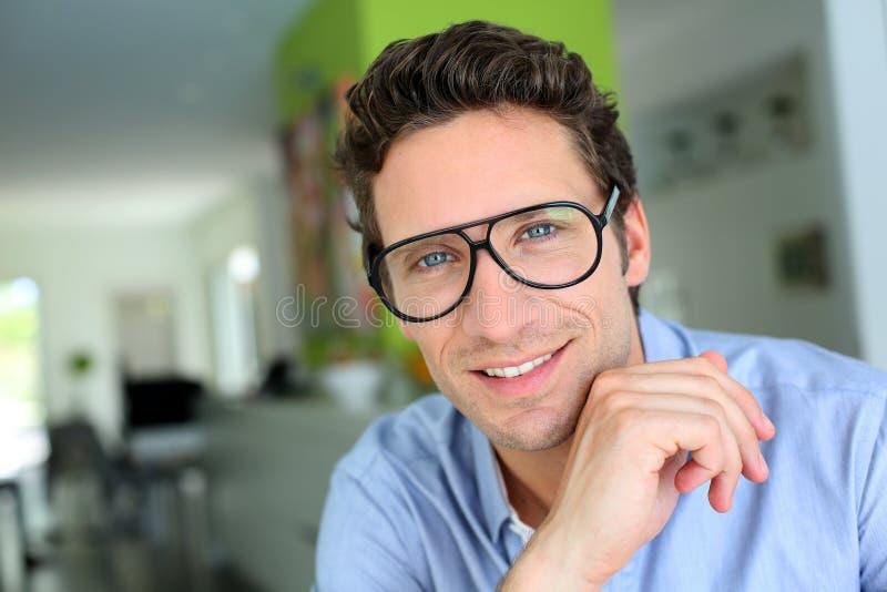 Πορτρέτο του ατόμου με eyeglasses στο σπίτι στοκ εικόνα με δικαίωμα ελεύθερης χρήσης
