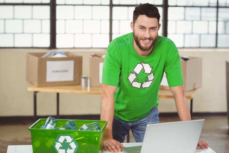Πορτρέτο του ατόμου που εργάζεται στο lap-top στοκ εικόνα με δικαίωμα ελεύθερης χρήσης