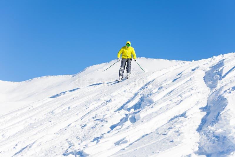 Πορτρέτο του ατόμου που κάνει σκι προς τα κάτω στα υψηλά βουνά στοκ εικόνες