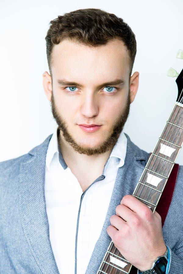 Πορτρέτο του ατόμου που κρατά την ηλεκτρική κιθάρα στοκ εικόνα