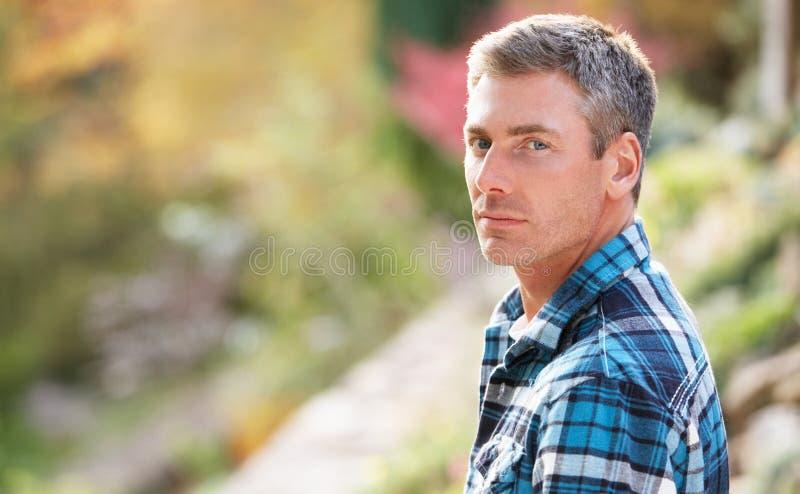 Πορτρέτο του ατόμου που στέκεται έξω το φθινόπωρο στοκ εικόνες